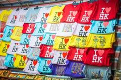 Mong Kok, Hong Kong - Januari 11, 2018: T-tröja shoppar in på Ladie Royaltyfri Bild