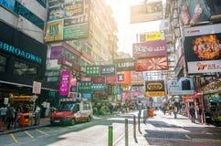 Mong kok i Hong Kong Mong kok karakteriseras av en blandning av gamla och nya mång--berättelsen byggnader Royaltyfria Foton