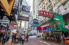 Mong kok i Hong Kong Mong kok karakteriseras av en blandning av gamla och nya mång--berättelsen byggnader Arkivbilder