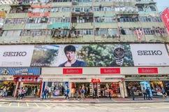 Mong kok i Hong Kong Mong kok karakteriseras av en blandning av gamla och nya mång--berättelsen byggnader Royaltyfria Bilder
