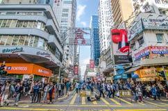 Mong kok i Hong Kong Mong kok karakteriseras av en blandning av gamla och nya mång--berättelsen byggnader Arkivfoto