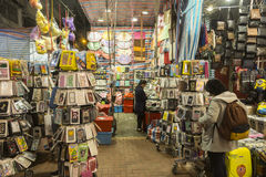 Mong Kok område i shopping för Hong Kong nattgata Arkivbild