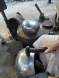 Monge Bowl que faz na bateria da proibição, monge Bowl Village em Banguecoque, Tailândia Foto de Stock