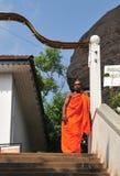 Monge budista em um monastério fotografia de stock