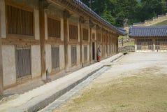 A monge budista está na entrada ao armazenamento de Tripitaka Koreana no templo de Haeinsa em Chiin-Ri, Coreia fotografia de stock