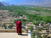 Monge budista no vermelho Fotos de Stock Royalty Free