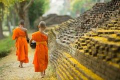 A monge budista que anda para recebe o alimento Imagens de Stock