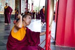 Monge budista que joga o gongo Imagens de Stock Royalty Free