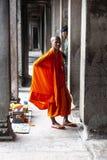 Monge budista que levanta para a imagem imagens de stock