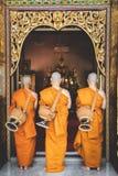 A monge budista recentemente ordenada reza com procissão do padre imagens de stock royalty free