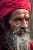 A monge com um turbante vermelho Imagens de Stock Royalty Free