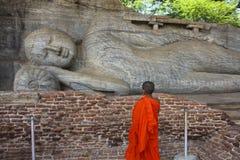 Monge Contemplating Reclining Buddha da criança, Sri Lanka Imagens de Stock