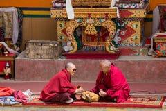 Monge dois budista durante a dança místico da máscara no festival em Lamayuru Gompa, Ladakh, Índia norte Foto de Stock