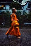 Monge durante seu amanhecer redondo em torno da cidade para recolher sua esmola fotografia de stock royalty free