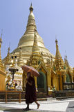 Monge e pagoda Burmese de Shwedagon Fotos de Stock Royalty Free