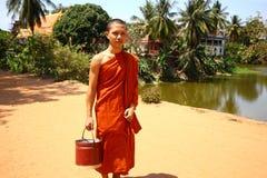 Monge em Cambodia que traz a água Imagem de Stock