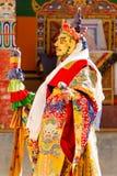 A monge executa uma dança sagrado mascarada e trajada do tibetano Budd foto de stock royalty free