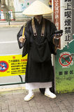 Monge japonesa que está na parte dianteira da estação de Shin Okubo para o receiv Foto de Stock