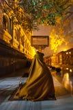 A monge meditando escondeu dos mosquitos Fotos de Stock