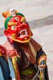 A monge não identificada executa uma dança mascarada e trajada religiosa do mistério do budismo tibetano imagens de stock royalty free
