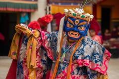 A monge não identificada na máscara executa uma dança mascarada e trajada religiosa do mistério do budismo tibetano imagem de stock