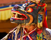 A monge na máscara executa uma dança sagrado durante o festival da dança do homem poderoso imagens de stock