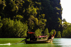 Monge no barco na lagoa da ilha Fotografia de Stock Royalty Free