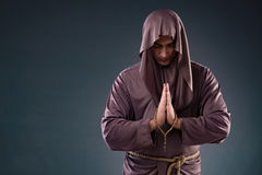 A monge no conceito religioso no fundo cinzento Fotos de Stock