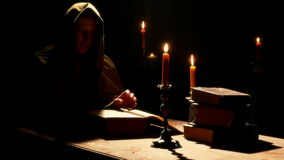 Monge no monastério com os livros litúrgicos velhos vídeos de arquivo
