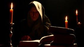 Monge no monastério com os livros litúrgicos velhos filme