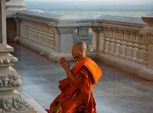 A monge que ajoelha-se na igreja Imagem de Stock Royalty Free