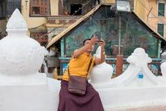 Monge que toma fotos com telefone imagem de stock