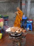 Monge tailandesa atrás de uma grade, Banguecoque, Tailândia. imagens de stock
