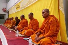 Monge tailandesa Prayer e bênção aos povos imagem de stock royalty free
