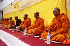 Monge tailandesa Prayer e bênção aos povos imagens de stock royalty free