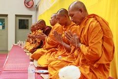 Monge tailandesa Prayer e bênção aos povos imagens de stock
