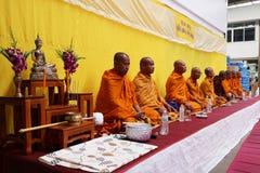 Monge tailandesa Prayer e bênção aos povos fotos de stock
