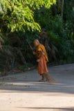Monge tailandesa que varre um assoalho do templo Fotografia de Stock Royalty Free