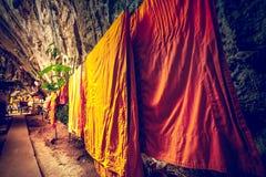 A monge veste a secagem na corda na caverna Fotos de Stock