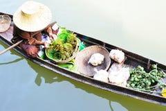 Monger della donna sulla barca Immagine Stock
