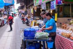 Monger e commerciante che vendono alimento tradizionale al mercato in Sam Chuk District, Suphan Buri, Tailandia Fotografie Stock Libere da Diritti