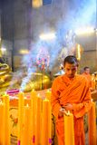 Monges budistas chinesas que iluminam as velas Fotos de Stock Royalty Free
