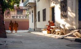 Monges budistas da rua Fotos de Stock Royalty Free