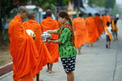Monges budistas de segunda-feira que coletam alms Fotos de Stock