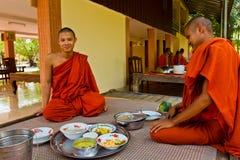 Monges budistas de um templo do beira-rio em Kampot, Camboja Fotografia de Stock