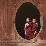 Monges budistas do principiante em Shwe Yan Pyay Monastery, lago Inle, Myanmar fotos de stock royalty free
