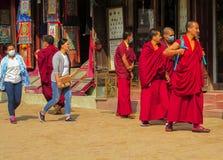 Monges budistas na rua em Kathmandu, Nepal fotos de stock royalty free