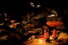 Monges budistas que fazem a meditação na caverna foto de stock royalty free