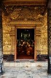 Monges budistas que rezam durante uma cerimônia da tarde em seu wat fotos de stock