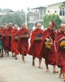 Monges de Burma com bacias do alm fotografia de stock royalty free